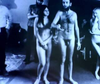 hundertwasser-dando-un-discurso-desnudo